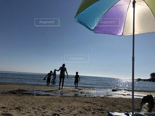 砂浜の傘で人々のグループの写真・画像素材[3804479]