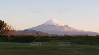 背景に山がある畑の写真・画像素材[3798313]