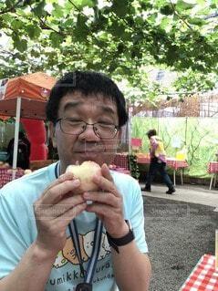 食べ物を食べるテーブルに座っている人の写真・画像素材[3798448]