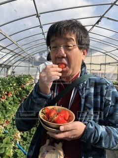 食べ物を食べている男の写真・画像素材[3798453]