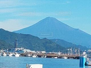 富士山の見えるヨットハーバーの写真・画像素材[3822172]
