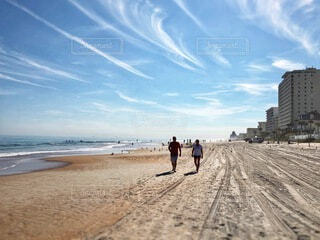 ビーチを歩いてる恋人達の写真・画像素材[3808044]