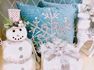 白でコーディネートされた雪だるまとプレゼントの写真・画像素材[3934657]