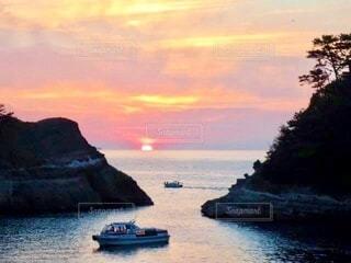 堂ヶ島の海に沈む夕陽と二艘の漁船の写真・画像素材[3977741]
