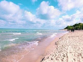 澄んだ湖と白く綺麗な砂浜の写真・画像素材[3980175]