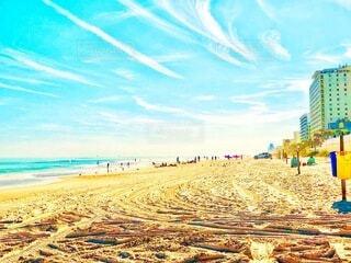 リゾートホテルのビーチに集まる沢山の人々の写真・画像素材[3980193]