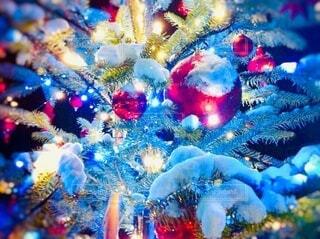 クリスマスツリーに積る雪のアップの写真・画像素材[3982144]