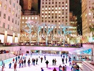 ニューヨーク スケートを滑る大勢人々の写真・画像素材[3984060]