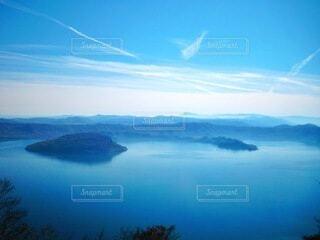 青い空の下の山と青い十和田湖の写真・画像素材[3989682]