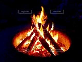 薪ぐ燃えている炎のアップの写真・画像素材[3998714]