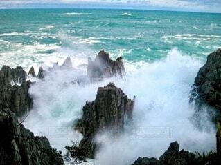 岩に砕け散る波しぶきの写真・画像素材[4004154]