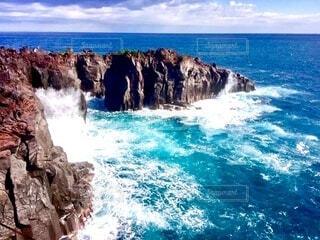 崖に砕け散る波しぶきの写真・画像素材[4005408]