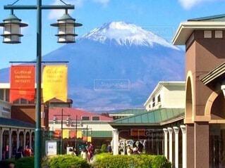 富士山を背景にした建物の写真・画像素材[4005414]