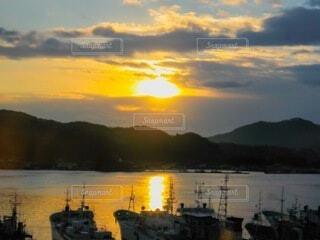 自然,風景,海,空,太陽,朝日,雲,綺麗,海辺,船,水面,海岸,山,景色,反射,夜明け,オレンジ,光,背景,美しい,朝焼け,雄大,正月,お正月,日の出,漁船,漁港,新年,感動,初日の出,光線,景観,希望,輝き,サンライズ,門出,写真素材
