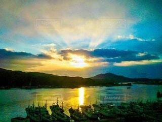 漁港の海に反射する朝日の写真・画像素材[4080856]