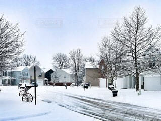 雪に覆われたアメリカの住宅地の写真・画像素材[4140291]