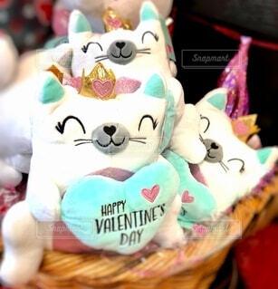 ハートを持った可愛いバレンタイン用ぬいぐるみネコの写真・画像素材[4151010]