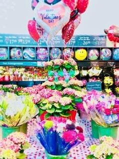 店内のバレンタイン用のカラフルな花束の写真・画像素材[4151011]