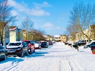 雪に覆われた家と駐車車両の写真・画像素材[4165857]