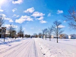 雪景色の中の車に踏み固められた雪の写真・画像素材[4165882]