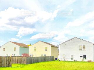 雲の下に並ぶ芝生付きのアメリカ住宅の写真・画像素材[4314527]