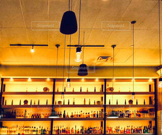 壁にディスプレイされたアルコールボトルの写真・画像素材[4574533]