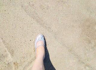 砂浜を歩く女性の足の写真・画像素材[4610358]