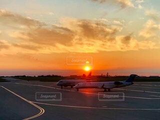 空港から昇る朝日でオレンジに染まる空の写真・画像素材[4647604]
