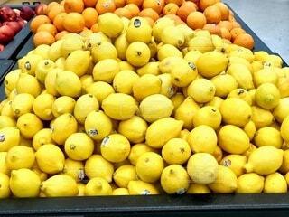 店内に山積み陳列されているレモンの写真・画像素材[4823947]