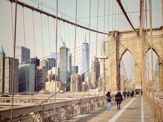 ブルックリンブリッジを歩く人達の写真・画像素材[4901473]