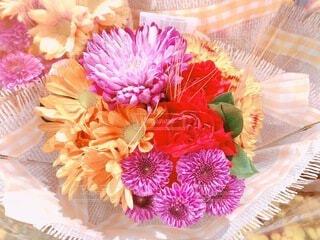 薔薇と菊のフラワーアレンジメントの写真・画像素材[4961622]