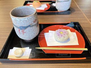 菊の生菓子とお茶の写真・画像素材[3850597]