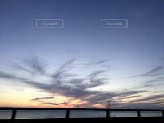 夕暮れどきの海の写真・画像素材[3809390]
