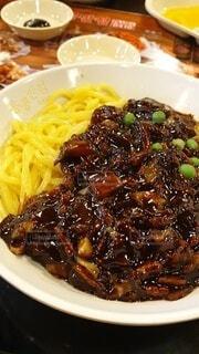 一皿に盛り付けられた本場韓国料理ジャジャン麺の写真・画像素材[3823290]