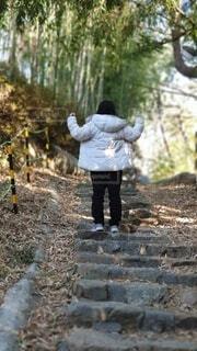 ダウンジャケットを着た女の子が階段を登るの写真・画像素材[3970559]