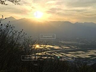 北アルプスに沈む夕陽、黄金に輝く水田の写真・画像素材[3945843]