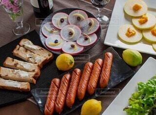 食べ物,食卓,テーブル,果物,野菜,皿,ワイン,サラダ,ソーセージ,ブランチ,夕飯,おつまみ,ホームパーティー,ジョンソンヴィル