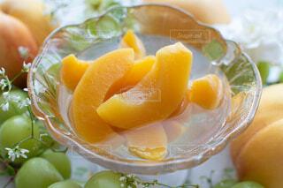 器にいっぱいの果物の写真・画像素材[4803192]