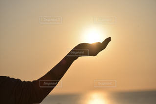 日没の前に立っている人の写真・画像素材[2086061]