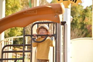 遊具で遊ぶ笑顔の男の子の写真・画像素材[3975111]