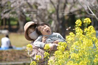 花と写る親子の写真・画像素材[4279316]