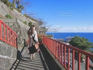 自然 海 後ろ姿 女性 歩くの写真・画像素材[3911640]