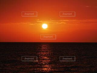 海の水平線に沈んでいく夕日の写真・画像素材[4752709]