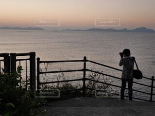 海を撮影する男の写真・画像素材[3829076]