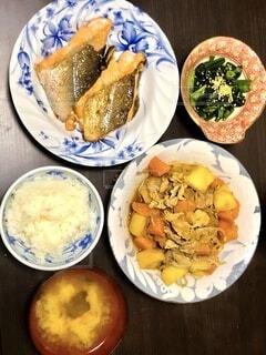 食べ物の皿をテーブルの上に置くの写真・画像素材[3891529]