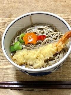 皿の上に食べ物のボウルの写真・画像素材[4021707]