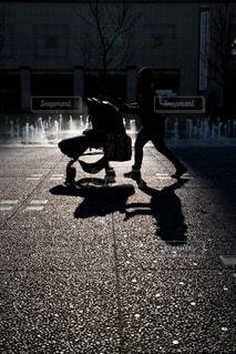 人が通りを歩いています。の写真・画像素材[850596]