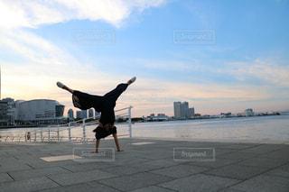 ビーチで空気を通って飛んで男の写真・画像素材[1115361]