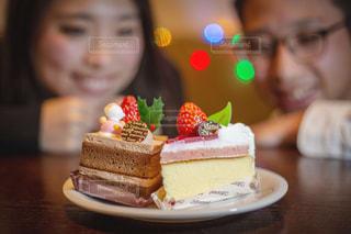 近くのテーブルの上に座っているケーキのアップの写真・画像素材[1690562]
