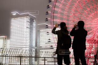 人と建物の前に立っている女性の写真・画像素材[1695361]